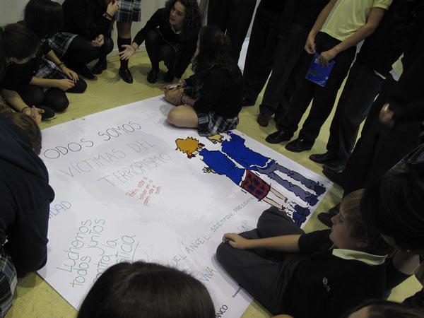 Jóvenes realizando un Mural por la Memoria.