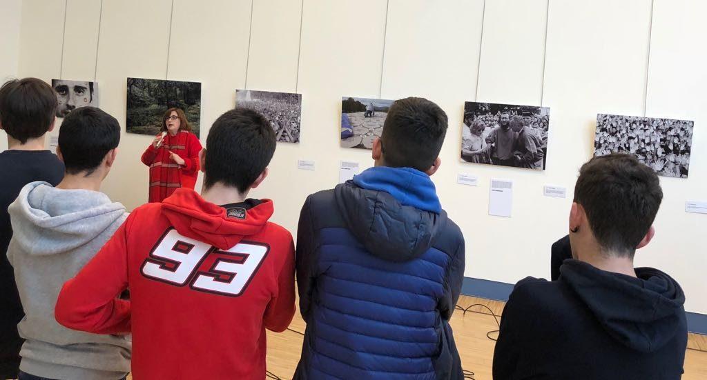 Alumnos del colegio Los Maristas visitan la exposición La Mirada de la víctima