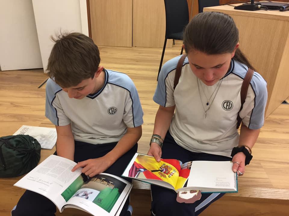 Alumnos consultan libros de la Fundación Miguel Ángel Blanco.