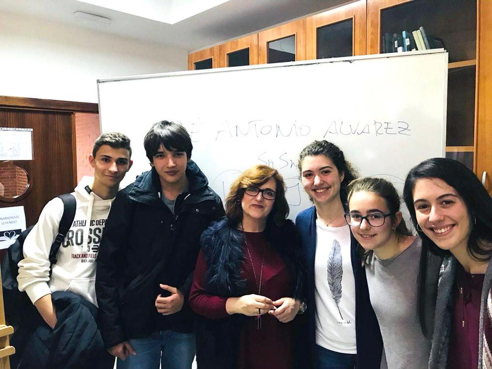 Jóvenes tras una charla en el Instituto José Saramago, en Majadahonda, Madrid.